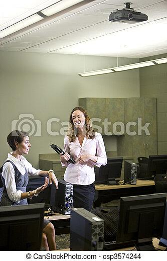 conversare, due, laboratorio, giovane, computer, donne - csp3574244