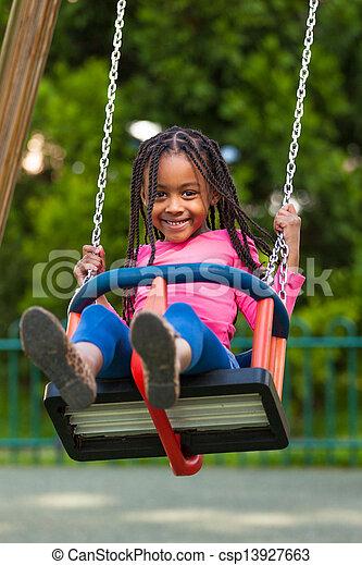 esterno, -, persone, nero, gioco, ragazza, carino, altalena, ritratto, africano, giovane - csp13927663