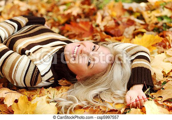 foglia, donna, portret, autunno - csp5997557