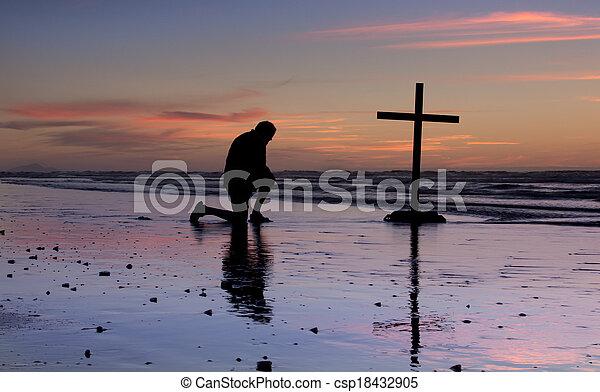 spiaggia tramonto, croce, preghiera - csp18432905
